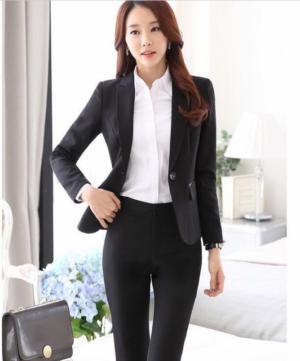 黒いレディーススーツ 白シャツ